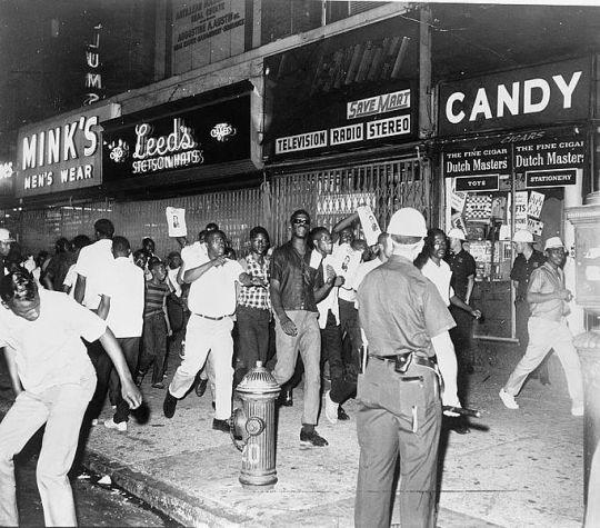 682px-Demonstrators-Harlem-1964